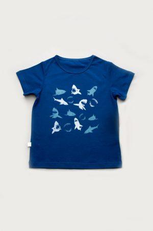 недорогая синяя футболка с акулами для мальчика