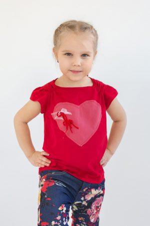 модная красная футболка с сердцем для девочки