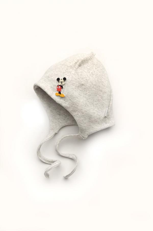 недорогая шапочка с завязками для мальчика со значком